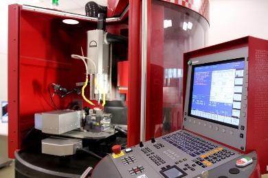Centro de microusinagem CNC KERN EVO com 5 eixos de movimento