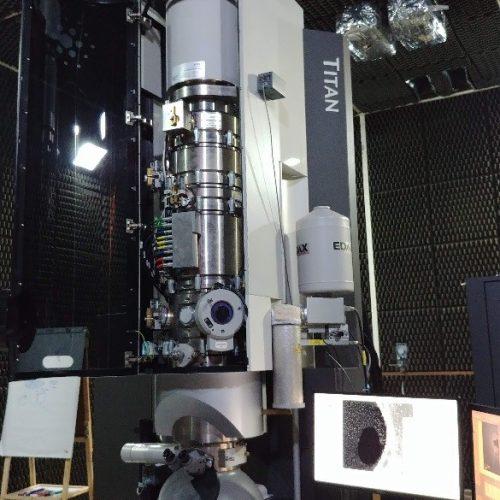 Microscópio eletrônico de transmissão de alta resolução FEI Titan 80-300kV com corretor de aberração esférica, monocromador e EELS